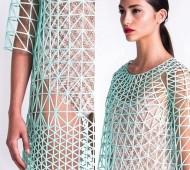 E se pudesses escolher e criar as roupas que mais gostas na tua própria casa? A designer Danit Peleg, recém formada pela Shenkar College of Engineering and Design, de Israel, provou que com vontade, uma impressora 3D caseira e um pouco de paciência é possível criar uma coleção de roupas totalmente impressa em casa.