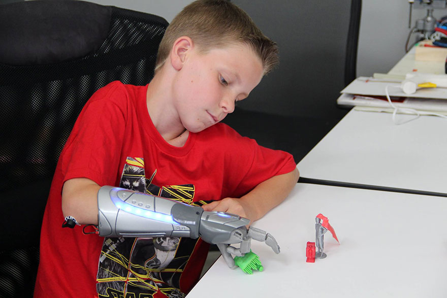 Próteses infantis open bionics