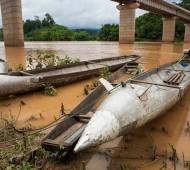 bombas rio Laos barcos