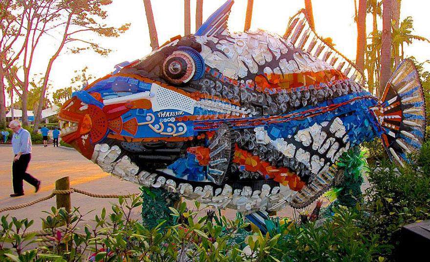 peixe mar lixo escultura washed ashore